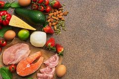 Concepto quetogénico de la dieta Consumición sana baja en carbohidratos en fondo marrón Visión superior, endecha plana, espacio d fotografía de archivo libre de regalías