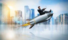 Concepto rápido de Internet con un hombre de negocios con el ordenador portátil sobre un cohete Fotos de archivo libres de regalías