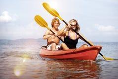 Concepto recreativo Kayaking de los pares de la búsqueda de la felicidad de la aventura fotos de archivo libres de regalías