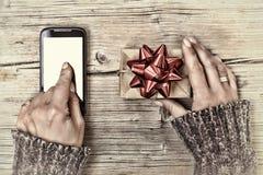 Concepto: Regalos de la Navidad orden en línea, smartphone Entrega de Internet pantalla blanca, visión superior foto de archivo libre de regalías
