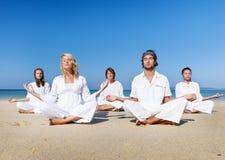 Concepto relajante del ejercicio de la calma de la balanza de la yoga de la playa Foto de archivo libre de regalías