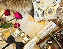 Concepto retro con los vidrios y las flores de ópera Imágenes de archivo libres de regalías