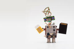 Concepto retro del robot del estilo con la tarjeta amarilla del sim y el microchip negro Circula el mecanismo del juguete del zóc Foto de archivo