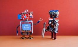 Concepto robótico del arreglo de la reparación del mantenimiento Transformador con los alicates, ordenador sonriente de la cara,  Fotografía de archivo libre de regalías