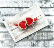 Concepto rojo del día de tarjetas del día de San Valentín de la bebida del té de las tazas en forma de corazón fotos de archivo libres de regalías