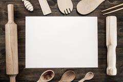Concepto romántico de la cena La vista superior de la hoja de papel en blanco con la bifurcación y el cuchillo de plata adornó la Foto de archivo libre de regalías