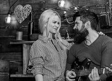 Concepto romántico de la tarde Los pares en amor pasan la tarde romántica en atmósfera caliente Pares en interior de madera del v fotografía de archivo libre de regalías