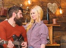 Concepto romántico de la tarde Los pares en amor pasan la tarde romántica en atmósfera caliente Pares en interior de madera del v foto de archivo