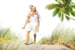 Concepto romántico del día de fiesta de la partida de la vinculación de la playa de los pares Fotografía de archivo libre de regalías
