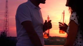 Concepto romántico, familia joven, divirtiéndose al aire libre, mirando la puesta del sol almacen de video