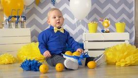 Concepto sano de la comida del bebé muchacho de 1 año que come la naranja almacen de video