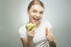 Concepto sano de la consumición: Adolescente que come Apple Imagen de archivo libre de regalías
