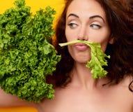 Concepto sano de la consumición dieting Lechuga del control de la mujer que mira la esquina imágenes de archivo libres de regalías