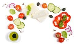 Concepto sano de la consumición - selección de ingredientes griegos de la ensalada en el fondo blanco imagen de archivo libre de regalías
