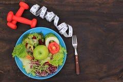 Concepto sano de la consumición y de la aptitud, vista superior de la ensalada vegetal imagenes de archivo