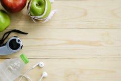 Concepto sano de la forma de vida Manzanas verdes y rojas, botella de agua Fotografía de archivo libre de regalías