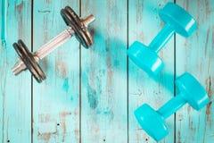 Concepto sano de la forma de vida, con el equipo del gimnasio para entrenar Imagenes de archivo