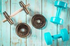 Concepto sano de la forma de vida, con el equipo del gimnasio para entrenar Fotografía de archivo