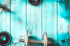 Concepto sano de la forma de vida, con el equipo del gimnasio para entrenar Imagen de archivo