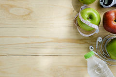 Concepto sano de la forma de vida Manzanas verdes y rojas, agua en el escritorio Imagen de archivo