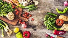 Concepto sano de la nutrición de las verduras orgánicas en fondo de madera fotos de archivo