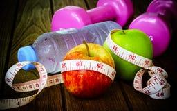 Concepto sano de la pérdida de la consumición, de la aptitud y de peso, cinta métrica, a fotos de archivo