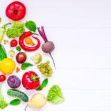 Concepto sano del Año Nuevo - verduras, hierbas y frutas orgánicas frescas bajo la forma de parte del árbol de Navidad en el fond Fotos de archivo