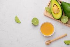 Concepto sano del alimento Aguacate y cal orgánicos frescos con la miel Fotografía de archivo