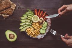 Concepto sano del alimento Consumición de la ensalada sana con el garbanzo y el veg fotos de archivo