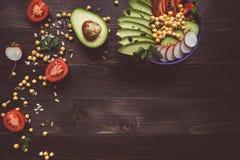 Concepto sano del alimento Ensalada sana con el garbanzo y las verduras foto de archivo