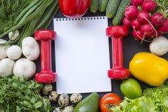 Concepto sano del alimento Fondo sano de la comida con las verduras frescas y los ingredientes para cocinar imagen de archivo libre de regalías