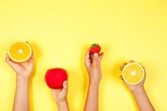 Concepto sano del alimento Muchas manos de los niños con los fuits Visión superior foto de archivo libre de regalías