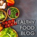 Concepto sano del blog de la comida Verduras, setas y aceite de oliva para el abastecimiento dietético en gris Imágenes de archivo libres de regalías