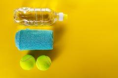 Concepto sano del deporte de la vida Pelotas de tenis, toalla y botella de Wa Imagen de archivo libre de regalías