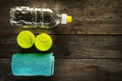 Concepto sano del deporte de la vida Pelotas de tenis, toalla y botella de Wa Imagen de archivo