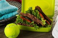 Concepto sano del deporte de la vida Zapatillas de deporte con las pelotas de tenis, sanas Foto de archivo