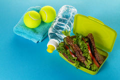 Concepto sano del deporte de la vida Zapatillas de deporte con las pelotas de tenis, toalla Imagen de archivo