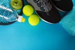 Concepto sano del deporte de la vida Zapatillas de deporte con las pelotas de tenis, toalla Foto de archivo libre de regalías