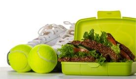 Concepto sano del deporte de la vida Zapatillas de deporte con las pelotas de tenis, toalla, A Imágenes de archivo libres de regalías