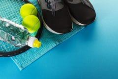 Concepto sano del deporte de la vida Zapatillas de deporte con las pelotas de tenis, toalla Fotografía de archivo libre de regalías