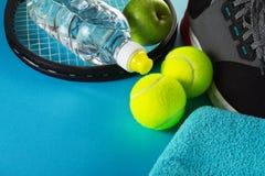 Concepto sano del deporte de la vida Zapatillas de deporte con las pelotas de tenis, toalla Imágenes de archivo libres de regalías
