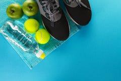 Concepto sano del deporte de la vida Zapatillas de deporte con las pelotas de tenis, toalla Foto de archivo