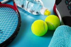 Concepto sano del deporte de la vida Zapatillas de deporte con las pelotas de tenis, toalla Fotos de archivo