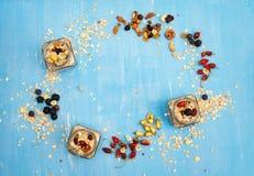 concepto sano del desayuno Muesli, bayas con las nueces y las semillas o Foto de archivo libre de regalías