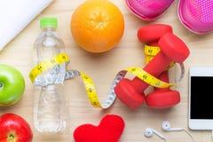 Concepto sano moderno de la dieta de la aptitud de la forma de vida con los objetos en la tabla de madera Visión desde arriba con Imagen de archivo
