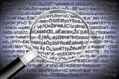 Concepto secreto del archivo de código con la lupa - el código es COM imagen de archivo