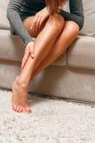 Concepto severo del dolor de pierna foto de archivo