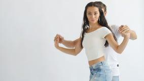 Concepto social de la danza Baile romántico joven de los pares en el fondo blanco almacen de metraje de vídeo