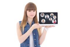 Concepto social de la red - adolescente lindo que sostiene el ordenador portátil con p Fotografía de archivo