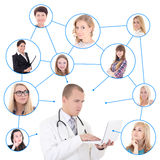Concepto social de la red - doctor de sexo masculino joven con el ordenador portátil Foto de archivo
